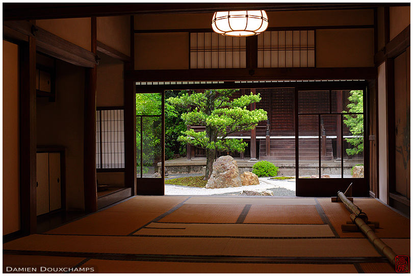 Traditional japanese room with view on zen garden shinyo for Japanese garden room
