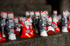Small fox figurines as votive offerings (Fushimi Inari shrine 伏見稲荷大社)