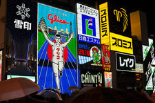 Crowd passing under Glico-man on a rainy day (Dotombori 道頓堀)