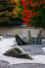 Erected stones in rock garden (Ryougin-an 龍吟庵)